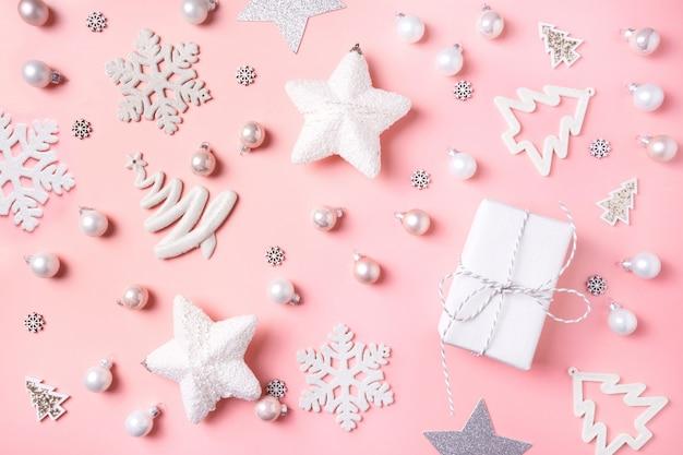 Sfondo di natale con decorazioni bianche, palla, reinderr, scatole regalo sul rosa. vista dall'alto. xmas. nuovo anno. Foto Premium