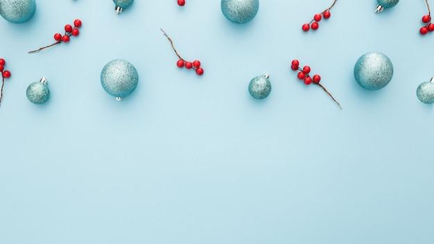 Sfondo di natale con palline blu e vischio Foto Gratuite