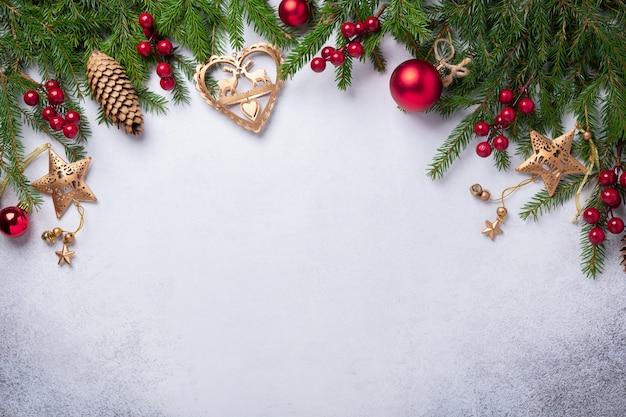 Sfondo di natale con regali di abete, rosso e oro Foto Premium