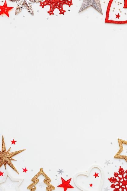 Sfondo di natale e capodanno con abete scintillante, cuore, fiocchi di neve e coriandoli di stelle. Foto Premium