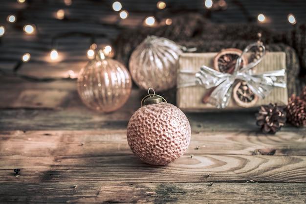 Sfondo di natale o capodanno, giocattoli vintage sull'albero di natale Foto Gratuite