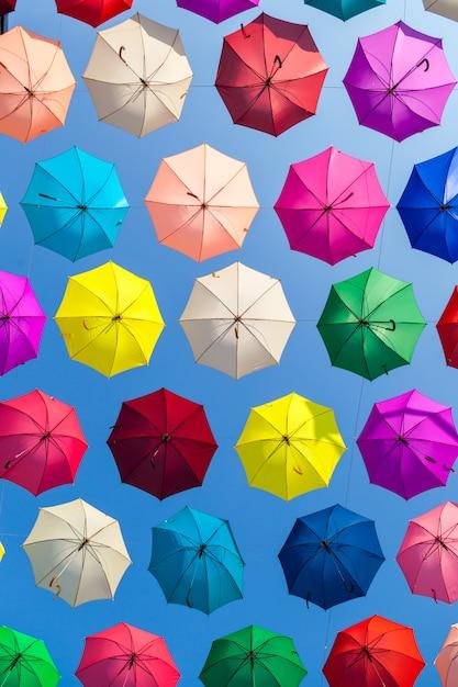 Sfondo di ombrelloni colorati. ombrelli colorati nel cielo. Foto Premium