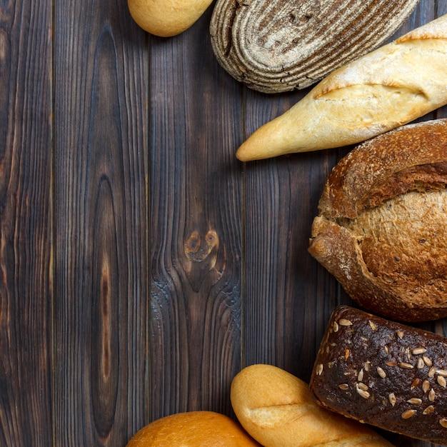 Sfondo di panetteria, assortimento di pane. vista dall'alto con lo spazio della copia Foto Premium