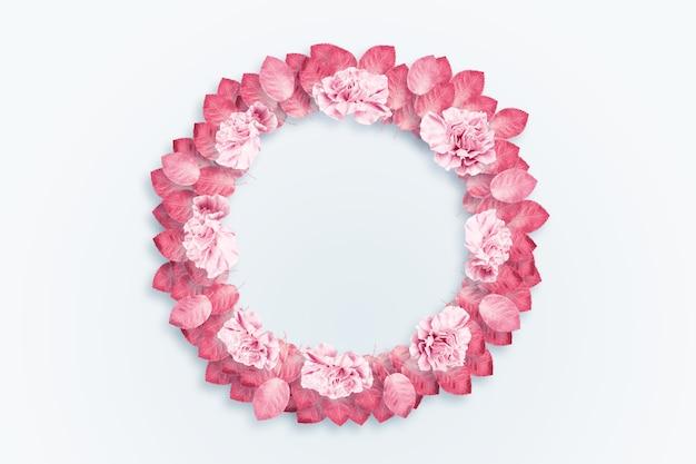 Sfondo di primavera, cornice rotonda, una corona di garofani rosa, rossi su sfondo chiaro Foto Premium