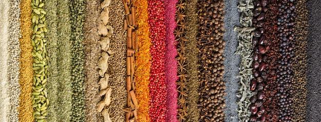 Sfondo di spezie ed erbe indiane. condimento colorato, vista dall'alto. Foto Premium