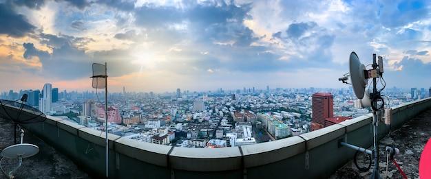 Sfondo di tecnologia 5g e internet delle cose, skyline della città moderna, concetto di rete di comunicazione. Foto Premium