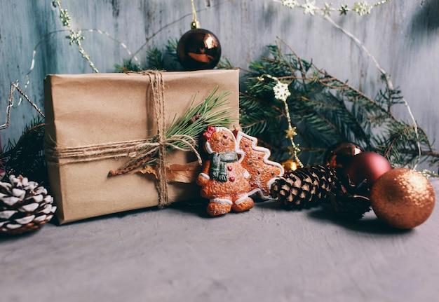 Sfondo e sfondo di vacanze di natale e capodanno. giocattoli di decorazione di natale sullo sfondo grigio scuro Foto Premium