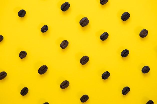 Sfondo giallo con chicchi di caffè Foto Gratuite
