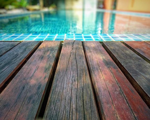 Sfondo in legno e piscina Foto Premium