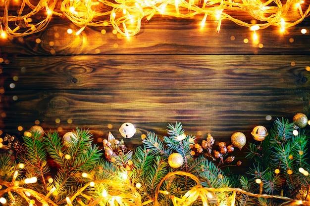 Sfondo invernale di natale, un tavolo decorato con rami di abete e decorazioni. felice anno nuovo. buon natale. Foto Premium