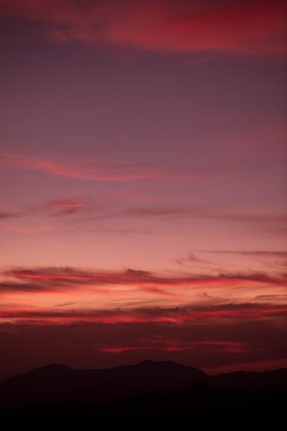 Sfondo nebuloso rossastro sul cielo Foto Gratuite