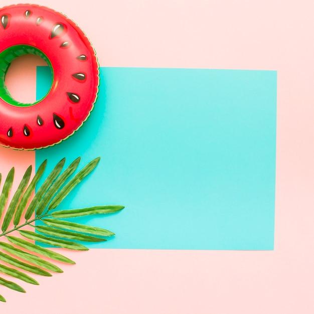 Sfondo pastello rosa e blu con foglie tropicali Foto Gratuite