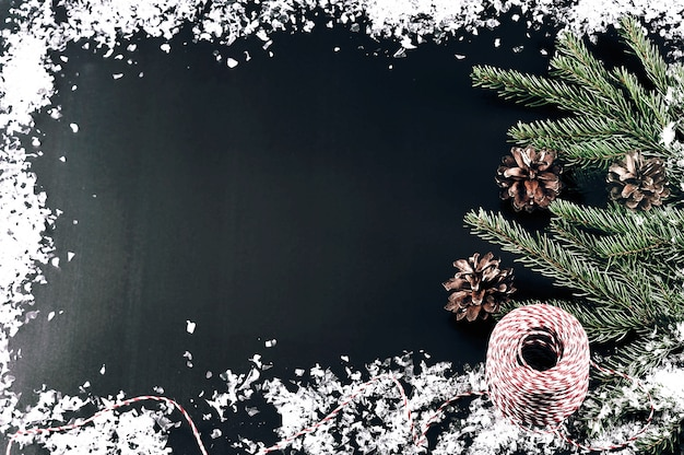 Sfondo per auguri di capodanno con rami di alberi, coni e neve Foto Premium