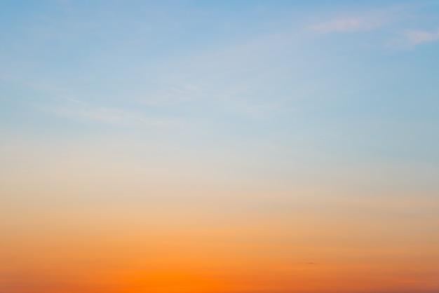 Sfondo sfumato di colore blu e arancione con copia per testo o design Foto Premium