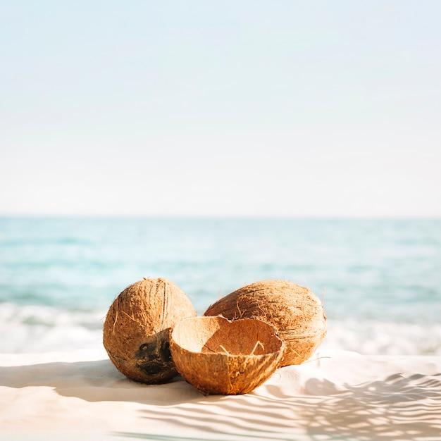 Sfondo spiaggia con tre noci di cocco Foto Gratuite
