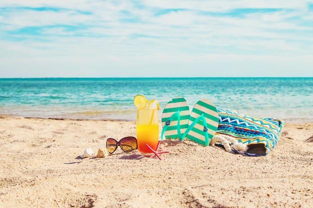 Sfondo spiaggia con un cocktail in riva al mare. messa a fuoco selettiva Foto Premium