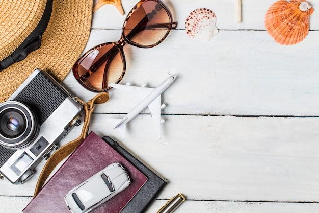 Sfondo vacanza estiva, accessori da spiaggia su legno bianco e copia spazio, concetto di viaggio vacanza e viaggi. Foto Gratuite