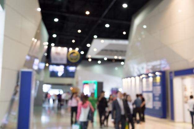 Sfuocatura di abtract la gente nel fondo di evento di manifestazione del motore del centro espositivo Foto Premium