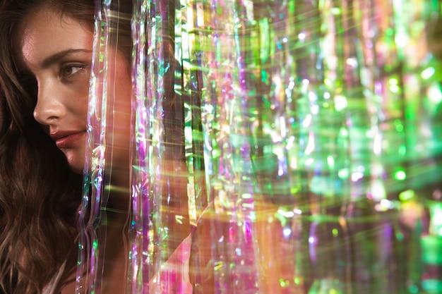 Sfuocatura di movimento di una donna che osserva via ritratto Foto Gratuite