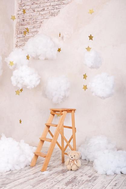 Sgabello scala in legno con nuvole nella camera dei bambini. Foto Premium