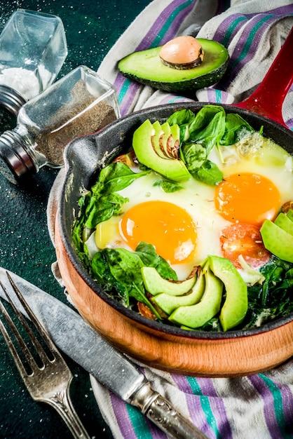 Shakshuka di verdure verde Foto Premium