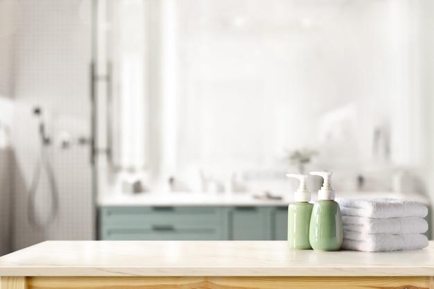 Shampoo in ceramica, bottiglia di sapone e asciugamani sul bancone sul fondo del bagno Foto Premium