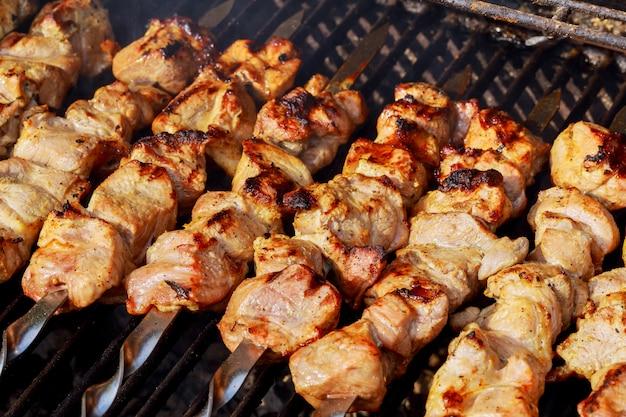 Shashlik marinato che prepara su una griglia del barbecue sopra carbone di legna. shashlik o shish kebab Foto Premium
