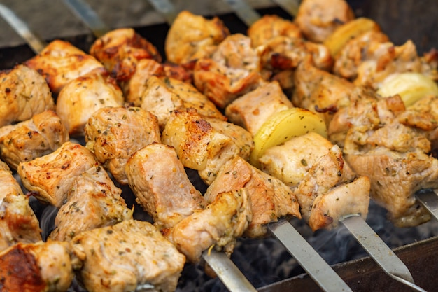 Shish kebab caucasico su spiedini Foto Premium