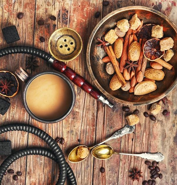 Shisha con caffè e spezie Foto Premium