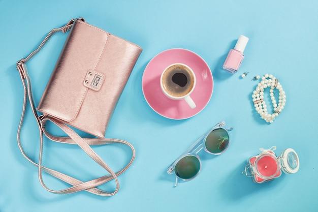 Shopping e concetto di moda. set di accessori donna alla moda Foto Premium