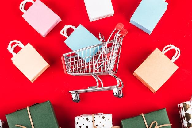 Shopping online a casa concept.online shopping è una forma di commercio elettronico che consente ai consumatori di acquistare direttamente Foto Premium