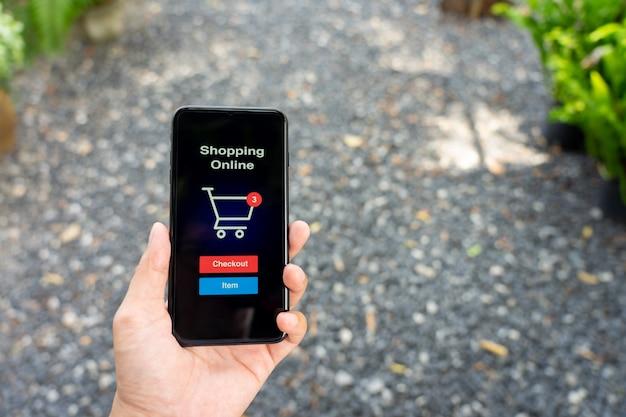 Shopping online con servizio di consegna di smartphone e shopping bags Foto Premium