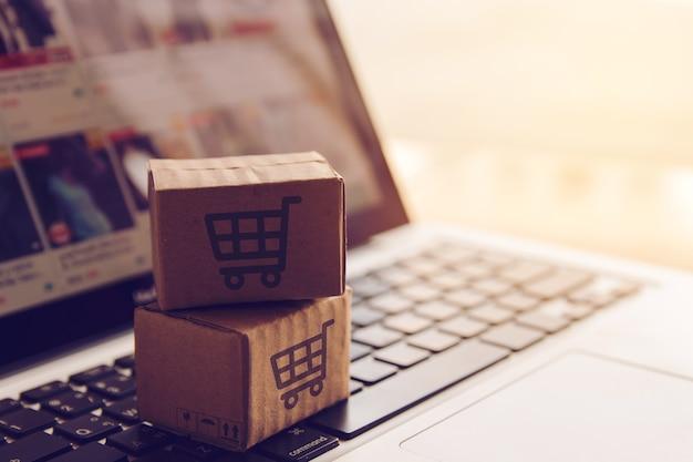 Shopping online concept - servizio acquisti sul web online. con pagamento con carta di credito Foto Premium