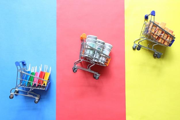 Shopping online, shopping bag di carta e banconote Foto Premium