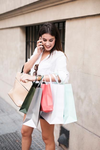 Shopping ragazza al telefono Foto Gratuite