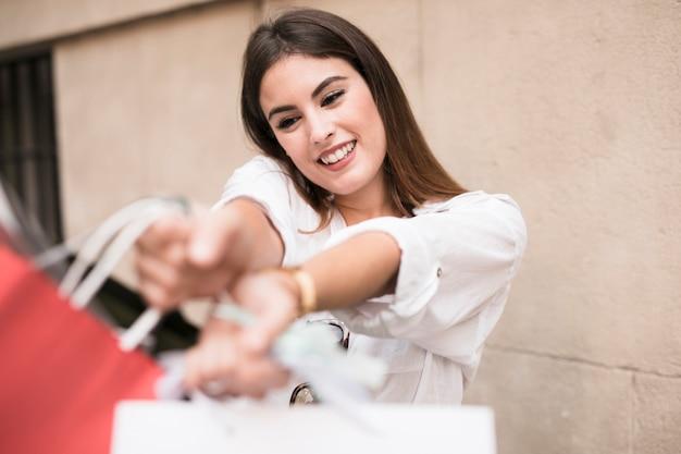 Shopping ragazza che trasportano borse Foto Gratuite