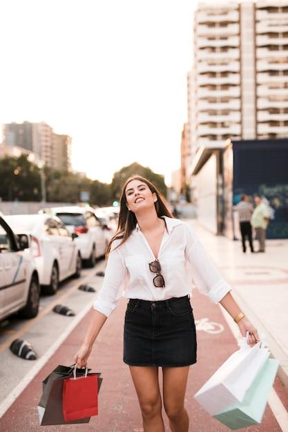 Shopping ragazza facendo una passeggiata Foto Gratuite