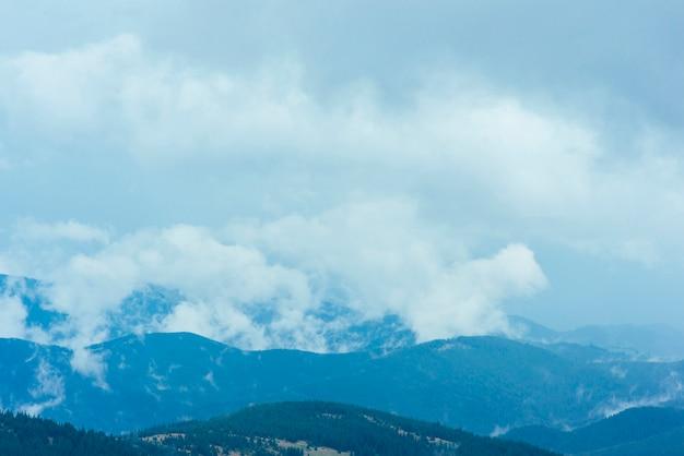 Si rannuvola il paesaggio naturale di montagne verdi Foto Gratuite