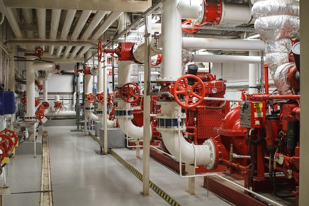 Sicurezza antincendio nell'industria. la valvola per l'approvvigionamento idrico, impianto antincendio Foto Premium