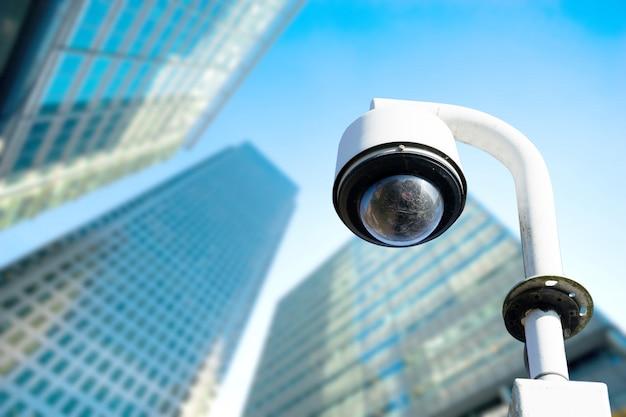 Sicurezza, telecamera cctv nell'edificio per uffici Foto Premium