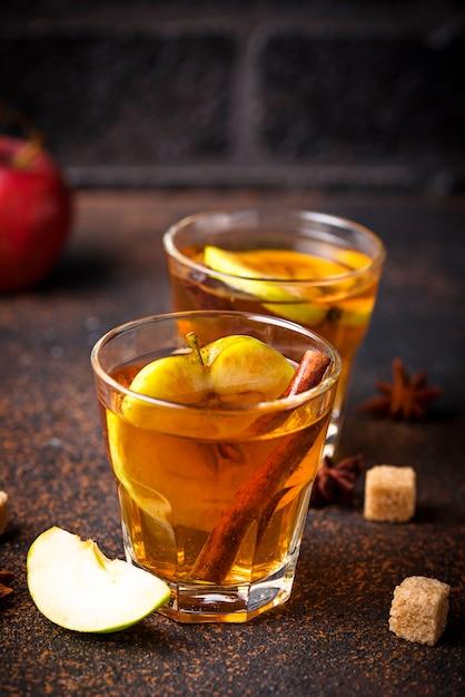 Sidro di mele speziato, bevanda autunnale Foto Premium