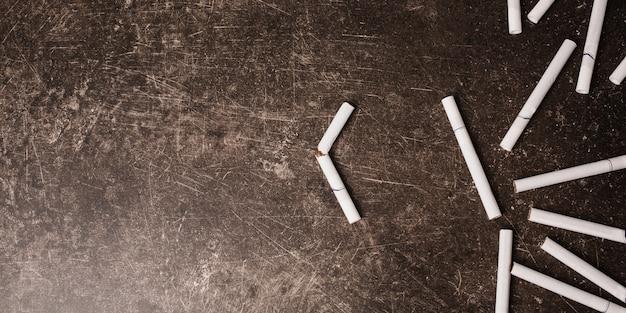 Sigarette su uno sfondo di marmo scuro. cattiva abitudine. cura della salute. smetti di fumare Foto Premium