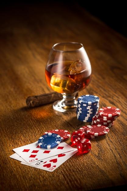 Sigaro, patatine per giochi d'azzardo, bevande e carte da gioco Foto Gratuite