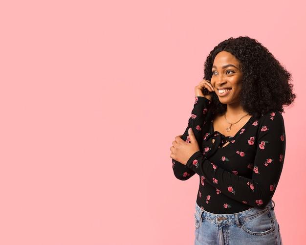 Signora afroamericana che esamina lo spazio della copia Foto Gratuite