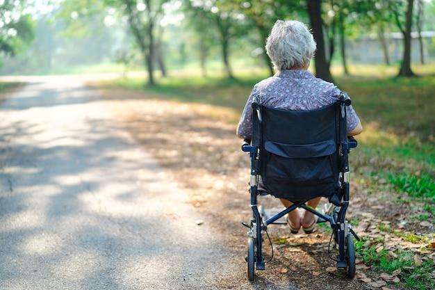 Signora anziana anziana o anziana asiatica in parco. Foto Premium