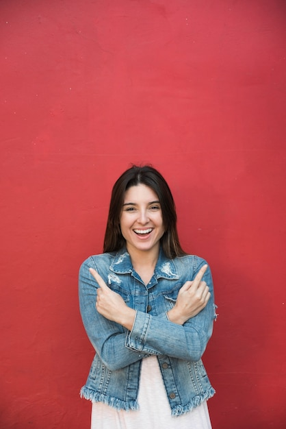 Signora sorridente che mostra le dita Foto Gratuite