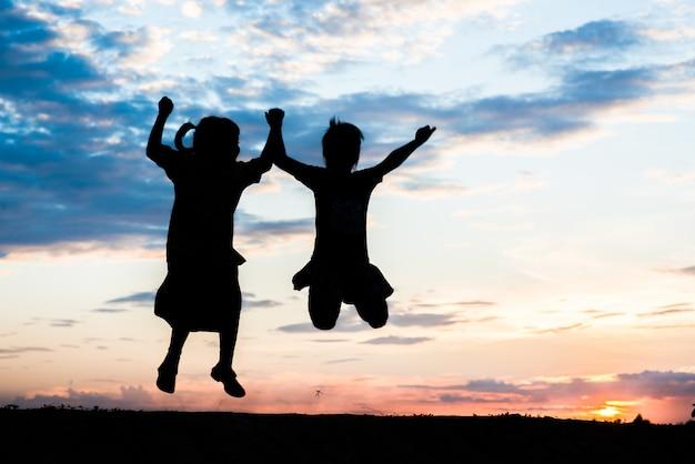 Silhouette di bambini che giocano Foto Gratuite