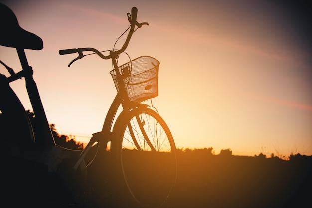 Silhouette di bici d'epoca al tramonto Foto Gratuite