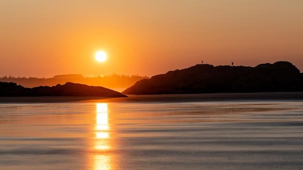 Silhouette di montagna durante l'ora d'oro Foto Gratuite