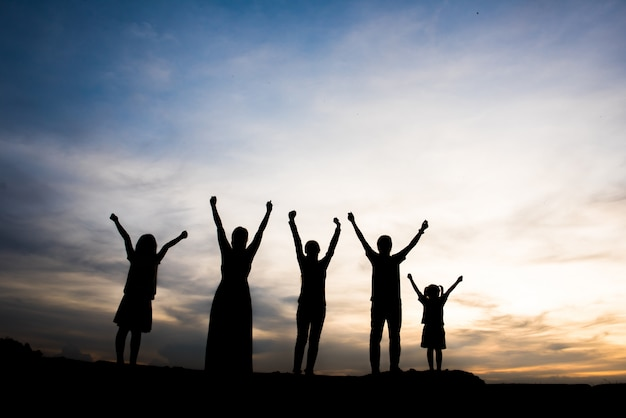 Silhouette di persone felici Foto Gratuite